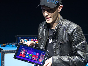 deadmau5 Helps Launch Microsoft's Surface 2 in Canada!