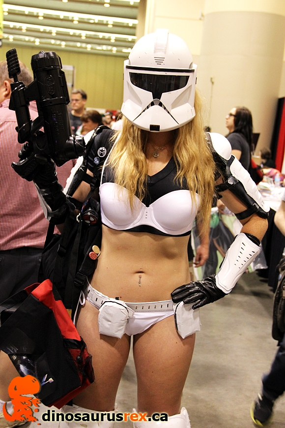 sexy-cosply-chick-with-gun-starwars.jpg