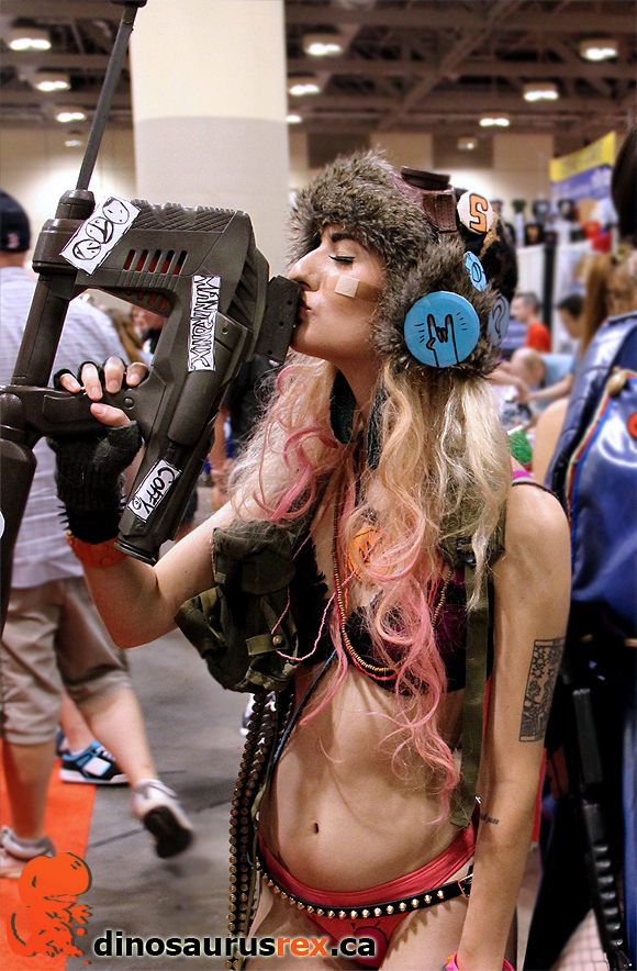 sexy-girl-loves-her-gun-cosplay-fan-expo-2012.jpg
